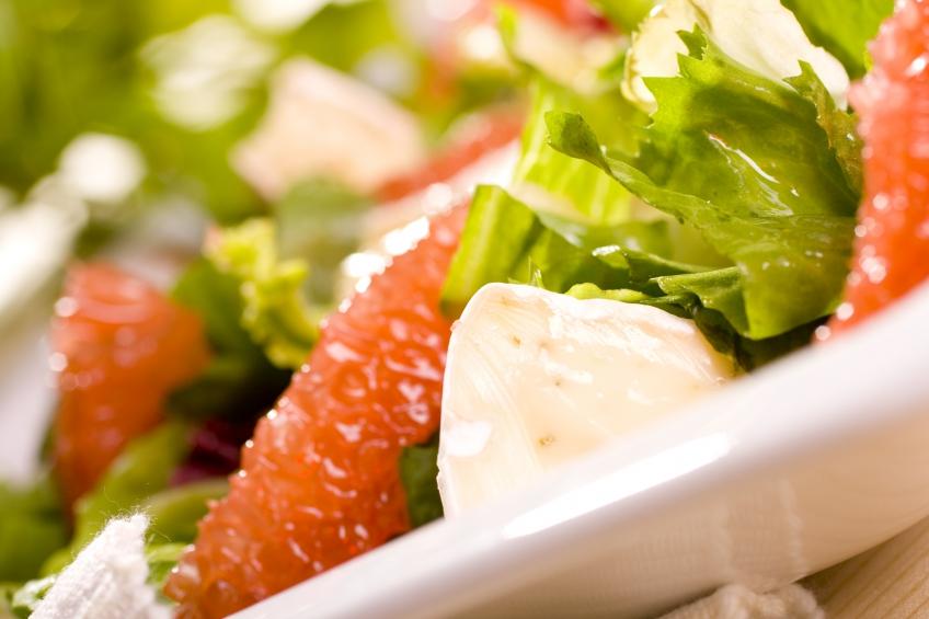 Салат с грейпфрутом и мягким сыром