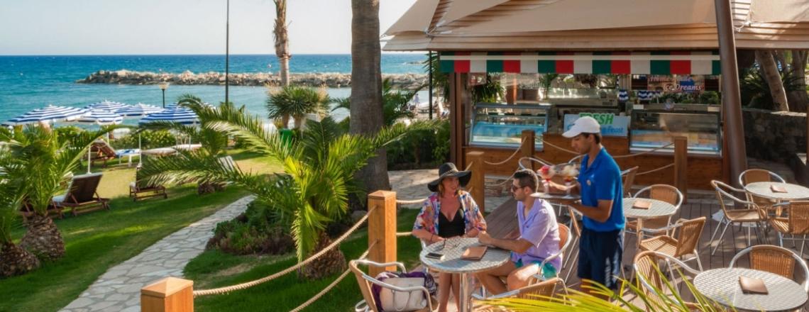 Helios & Fresh Bar, пляжный бар в отеле Amathus, Лимассол
