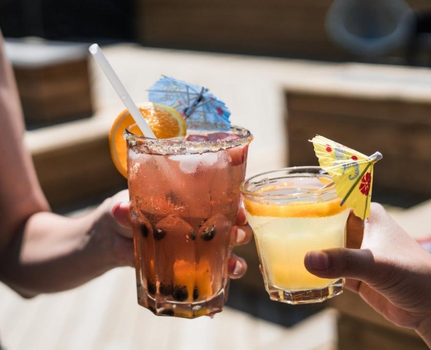 Налить всем по чарке: напитки из кино